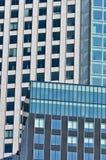 Wand mit den Fenstern lizenzfreie stockfotos