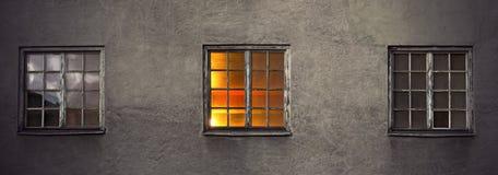 Wand mit drei Fenstern Stockbilder