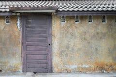 Wand mit dunkler Tür Stockfotos
