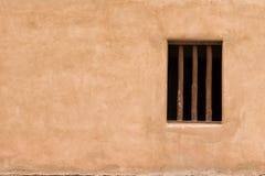 Wand mit einem Fenster Stockbild