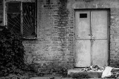 Wand mit einem Fenster und einer Tür Stockfotografie