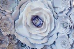 Wand mit einem Hintergrund von den Papierblumen handgemacht Stockfotografie