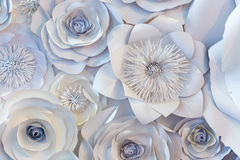 Wand mit einem Hintergrund von den Papierblumen handgemacht Stockbild