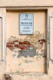 Wand mit einem Zeichen des Gegenstandes des Kulturerben von Wohnhaus stockbilder