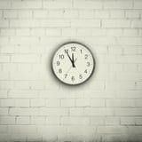 Wand mit einer Uhr Stockbilder