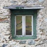 Wand mit Fenster im Holzrahmen Lizenzfreie Stockbilder