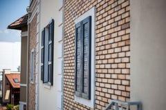 Wand mit Fenstern in einem Backsteinhaus Lizenzfreie Stockbilder