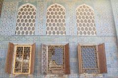 Wand mit Fenstern in Topkapi-Palast in Istanbul Lizenzfreies Stockfoto