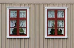 Wand mit Fenstern und Vorhängen Stockfotografie