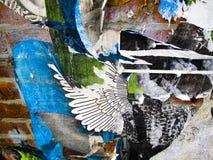 Wand mit Fetzen des Papiers und der Graffiti lizenzfreies stockbild
