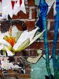 Wand mit Fetzen des Papiers und der Graffiti lizenzfreie stockbilder