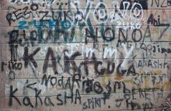 Wand mit gemalten Wörtern lizenzfreie stockbilder