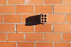 Wand mit getrenntem Ziegelstein Stockfoto