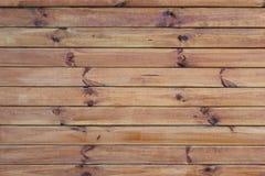 Wand mit horizontalen Vorständen Stockbild