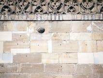Wand mit Kanonenkugel Lizenzfreies Stockfoto