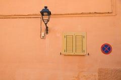 Wand mit Lampe und Zeichen Stockbild
