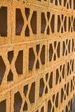 Wand mit Muster und Ventilation. Stockfotografie