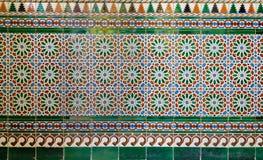 Wand mit Osmaneart glasierte die Keramikfliesen, die mit den Blumenverzierungen verziert wurden, die in Iznik hergestellt wurden lizenzfreies stockbild
