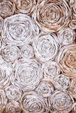 Wand mit Papierblumen Kreativer Abstraktionshintergrund des handgemachten Handwerks Stockbild