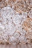 Wand mit Papierblumen Kreativer Abstraktionshintergrund des handgemachten Handwerks Stockfotografie