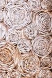 Wand mit Papierblumen Kreativer Abstraktionshintergrund des handgemachten Handwerks Stockfotos