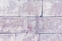 Wand mit Platten des lila Marmors Schöner Hintergrund Nachahmung des natürlichen Materials Stockfotos
