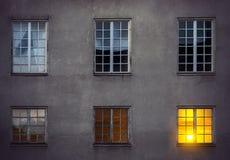 Wand mit sechs Fenstern Stockbilder