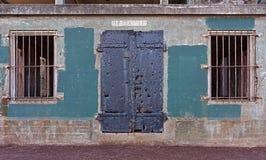 Wand mit Tür und Fenstern Stockbilder