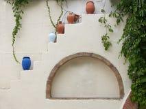 Wand mit Vasen Stockfoto