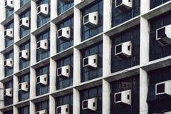 Wand mit vielen Klimaanlagen. Stockbild