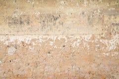 Wand mit Ziegelstein und gebrochenem Zement Stockfotografie