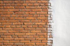 Wand mit Ziegelstein und weißem Farbzement Stockfoto