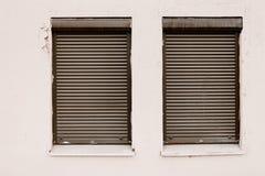 Wand mit zwei geschlossen durch Roll-Ladenfenster Stockbild