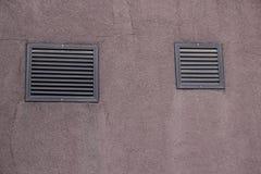 Wand mit zwei Gittern Lizenzfreie Stockbilder