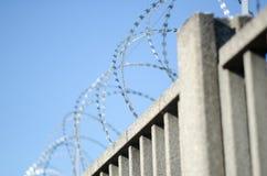 Wand oder Zaun mit Stacheldraht von scharfen Punkten, die schwierig, vorbei zu klettern sind stockbilder