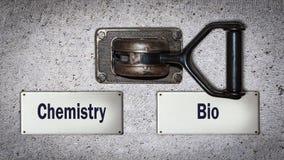 Wand-Schalter zu Bio gegen Chemie lizenzfreies stockfoto