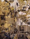 Wand tapeziert mit den heftigen und alten Zeitungen stockbild