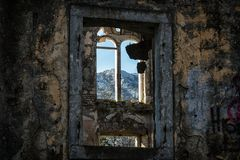 Wand und Fenster eines alten zerstörten Hauses stockfoto