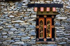 Wand- und Fensterporzellansteinziegelstein Stockfotos