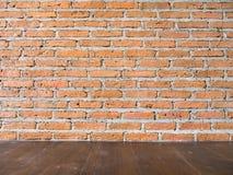 Wand und Holzfußboden des roten Backsteins Lizenzfreies Stockbild