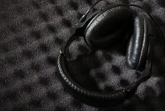 Wand und Kopfhörer des akustischen Schaumgummis Lizenzfreie Stockfotos