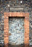 Wand und Tür der mittelalterlichen Kirchebeschaffenheit Lizenzfreies Stockfoto