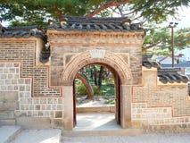 Wand und Tor am Deoksugungs-Palast Stockfotografie
