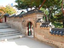 Wand und Tor am Deoksugungs-Palast Stockfotos