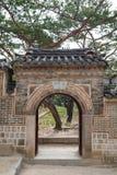 Wand und Tor am Deoksugungs-Palast in Seoul Lizenzfreies Stockfoto