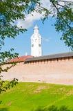 Wand Veliky Novgorod der Kreml und Glockenturm am csunny Tag in Veliky Novgorod, Russland stockfotografie