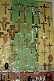 Wand voll der Kruzifixe Stockfotos