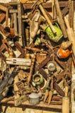 Wand voll von alten Werkzeugen stockbild