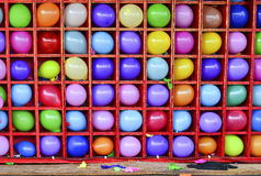 Wand von Ballonen, einige knallte Karnevalspfeilspiel Stockfotos