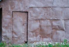 Wand von Blättern des Eisens Die Tür wird mit Blättern des Eisens gezeichnet Detail des alten hölzernen Fensters stockbild